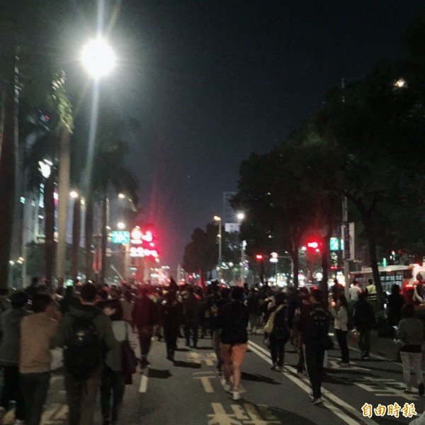 在警方三度舉牌後,遊行群眾離開忠孝橋頭,況中華路向南移動。(記者陳恩惠攝)
