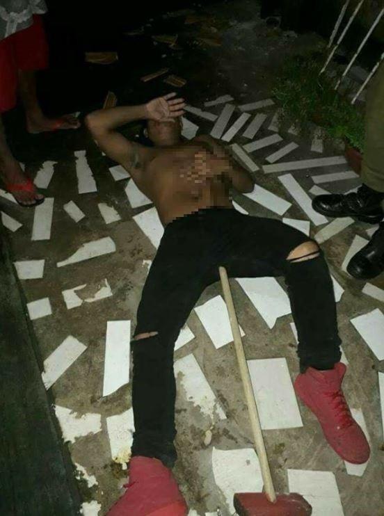 疑為毒犯的年輕男子的陰囊遭掃把柄刺入,貫穿至胸口位置。(擷取自臉書粉專「Cidade Nova - Ananindeua/Pará」)