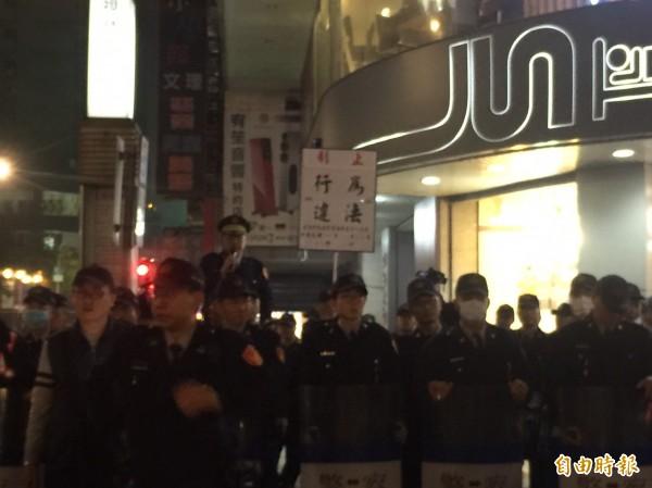 警方在晚上接近10點時三度舉牌,警告陳抗民眾違法。(記者陳恩惠攝)