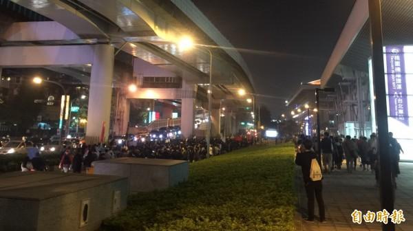 今晚10點30分之後,遊行隊伍並未停下腳步,已走向市民大道東行平面車道,並引塞後方交通堵塞。(記者陳恩惠攝)