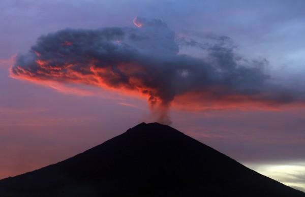 印尼觀光勝地峇里島(Bali)的阿貢火山(Mount Agung)從上個月下旬大規模噴發後,今(23日)又噴出高達2500公尺的火山灰。(資料照,美聯社)