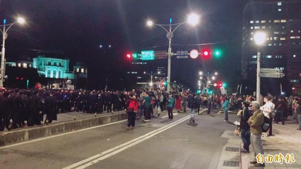 警方為避免刺激民眾,持續封鎖忠孝東西路與中山北路口管制車輛通行。(記者劉慶侯攝)
