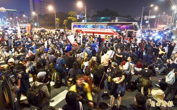 抗議民眾在晚間10點30左右聚集在市民大道上持續行進,造成交通堵塞。(記者羅沛德攝)