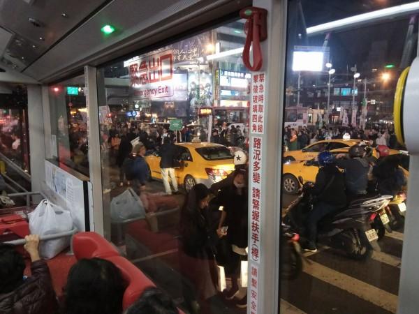 抗議民眾一度集結在西門町中華路一段,擋住來往車輛,民眾只能在公車上等候。(讀者提供)