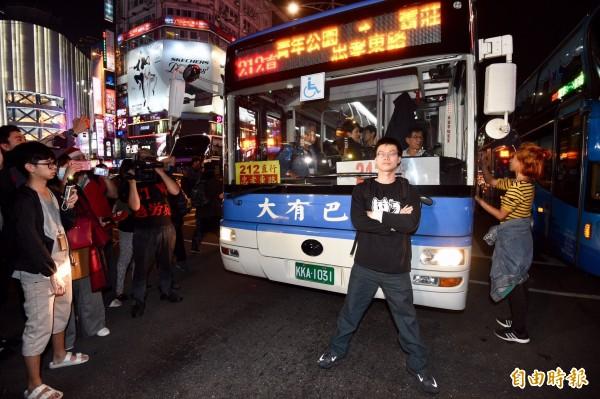 部分陳抗民眾擋在公車前面,導致交通大亂。(記者羅沛德攝)