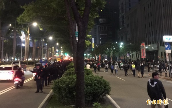 警方已展開集結行動,準備攔阻遊行隊伍流竄。(記者陳恩惠攝)