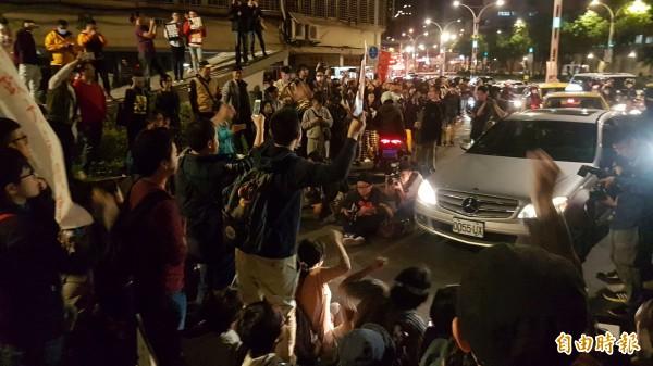 勞團遊行抗爭在晚間6點左右宣布結束,警方原本開放遭到封阻的道路通行,但部分失控的抗爭人士又自行攔車封路。(記者劉信德攝)