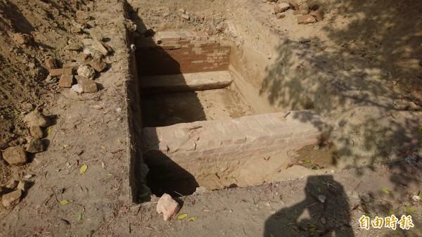 台南市定遺址三分子日軍射擊場南側土地試掘發現紅磚構造物。(記者劉婉君攝)