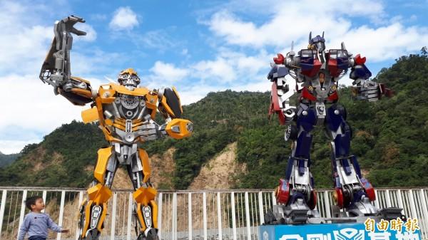 變形金剛在知本溫泉勇男橋,今天設置第二天,續吸引小朋友觀賞。(記者黃明堂攝)