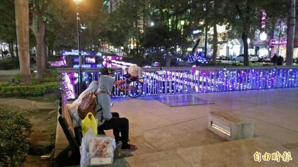 新竹市浪漫護城河在聖誕燈海的映照下,成了情侶及年輕朋友熱門的打卡夯景,越夜越美麗。(記者洪美秀攝)