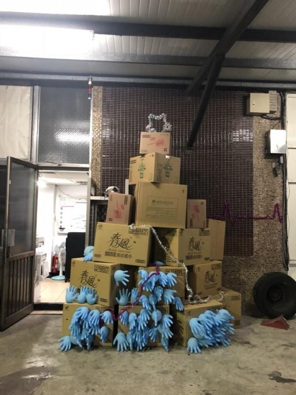 消防隊員用紙箱及救護手套製作耶誕樹(記者余衡翻攝)