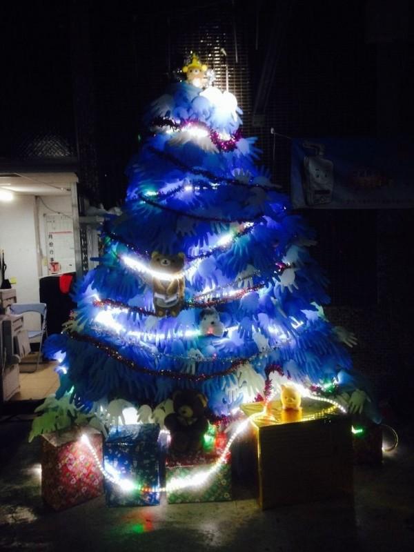 手套耶誕樹夜裡美輪美奐(記者余衡翻攝)