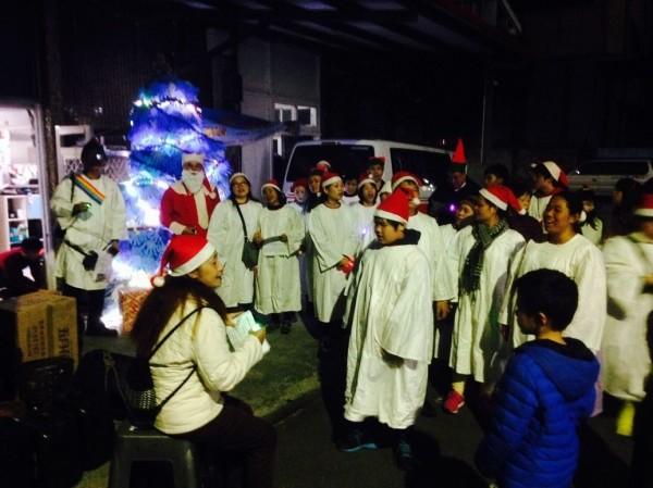 教會民眾圍著耶誕樹唱聖歌(記者余衡翻攝)