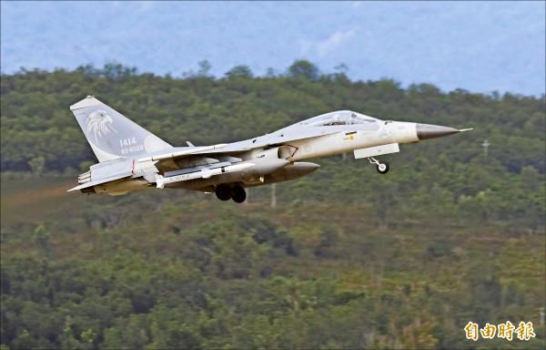 IDF經國號戰機性能提升後,除機腹能掛載兩枚天劍二型飛彈,機翼下方也能以滑軌發射劍二飛彈。(記者游太郎攝)