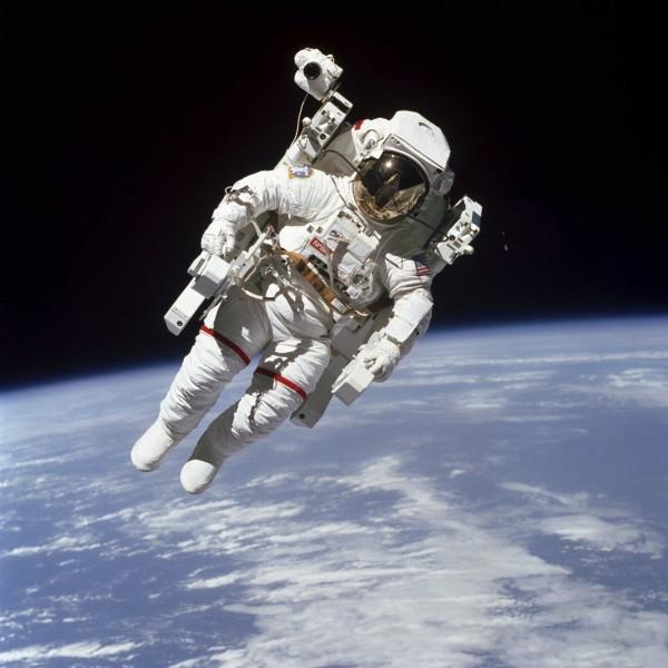 麥克坎德雷斯是第一位達成無安全帶太空漫步的太空人,他在太中與湛藍地球的映襯,成為一張永恆的經典畫面。(美聯社)
