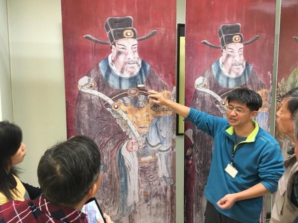 文資中心向關心鹿港龍山寺修復過程的文史工作者和公民團體及廟方說明不同修復呈現不同效果。(圖彰化縣文化局提供)