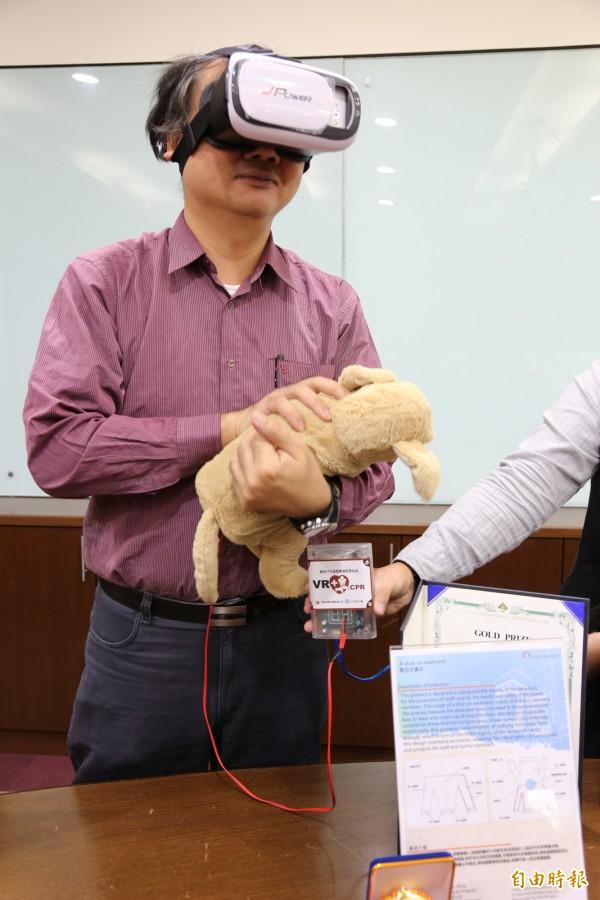 大仁科技大學開發「虛擬實境犬隻CPR訓練系統」,透過VR眼鏡模擬犬隻CPR搶救情境,並在絨毛玩具狗內建置智慧感測裝置,在首爾國際發明展中拿下金獎。(記者邱芷柔攝)