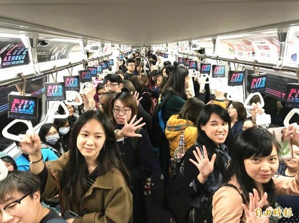 桃園機捷推出五月天彩繪直達列車,讓五迷們開心趕赴演唱會。(記者李容萍攝)