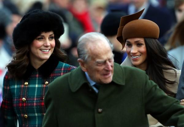 英國皇室成員週一(25日)出席諾福克郡聖瑪麗瑪德蓮娜教堂的耶誕節禮拜,哈利王子的未婚妻梅根.馬克爾(右)也參與其中。(路透)
