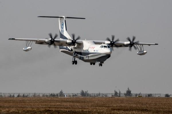 中國自主研製水陸兩棲飛機AG600「鯤龍」昨首飛成功,如正式服役將讓解放軍具備在第一島鏈的遠洋快速支援能力,成中國掌控南海的一大利器。(路透)