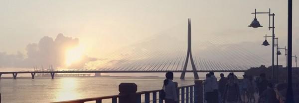 淡江大橋主結構由全球首位獲得普立茲克獎的女建築師札哈‧哈蒂(Zaha Hadid)設計,完工後可紓解淡水、八里交通。(交通部公路總局提供)