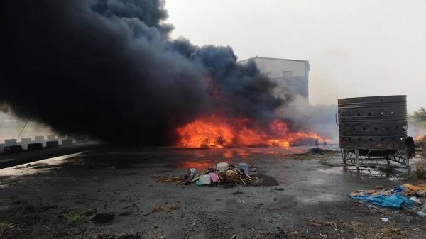 嘉義縣太保市發生火警,濃煙又黑又濃。(記者林宜樟翻攝)