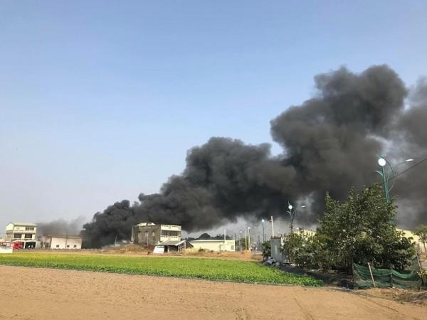 嘉義縣太保市發生火警,濃煙又黑又濃。(民眾提供)