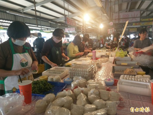 包水餃志工們的手沒有停過,希望能有更多人到市場幫忙包水餃。(記者黃文瑜攝)