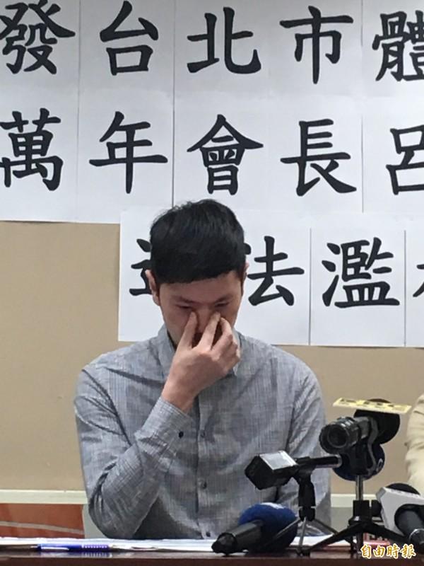李柏毅噙淚說,父親李新百日還沒過,卻受到極大侮辱,對體育總會至今的回應無言以對,要求體總公開道歉。(記者蕭婷方攝)