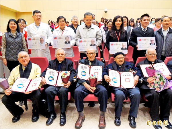 天主教靈醫會會士卡通靈(前排左起)、傅立吉、謝樂廷、李智、呂若瑟,昨獲頒發身分證。 (記者江志雄攝)