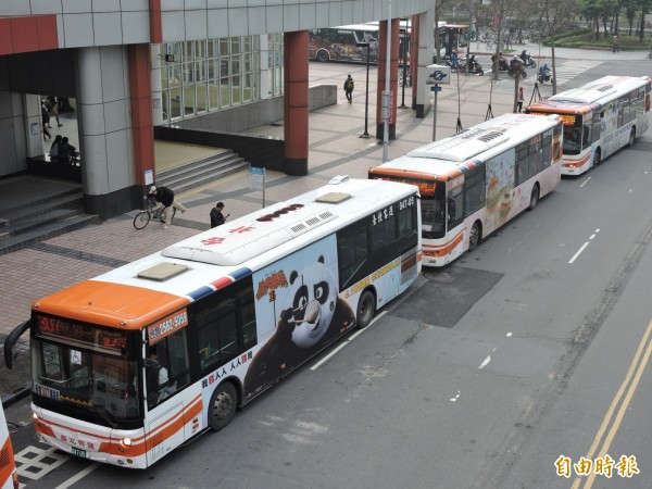 元旦連假搭乘國道客運及台鐵轉乘市區公車,將享單向15元轉乘優惠。(記者何玉華攝)
