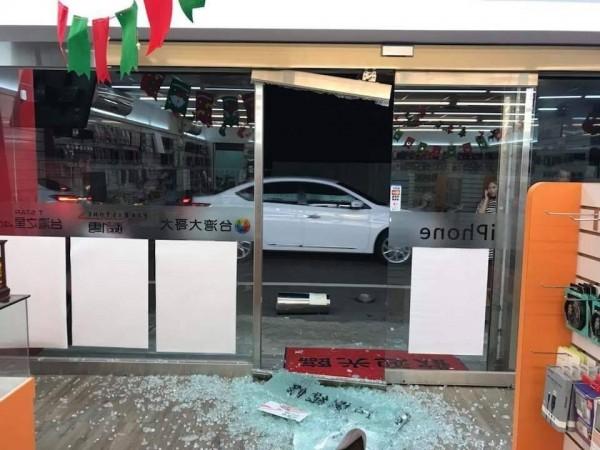 2名男子25日晚間在新竹市區起衝突,當街上演全武行,一路扭打到一間通訊行門口,竟不慎將一家通訊行玻璃大門撞碎。(記者王駿杰翻攝)