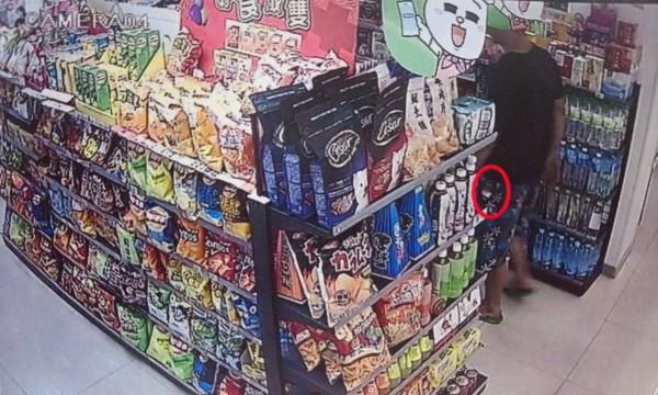 監視器拍下林某偷藏啤酒。(記者徐聖倫翻攝)