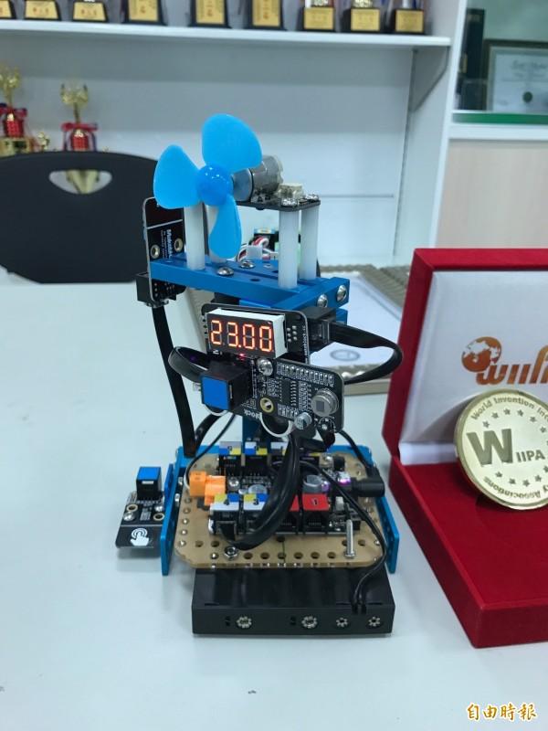 李春雄發明的智能省電電風扇。(記者洪臣宏攝)