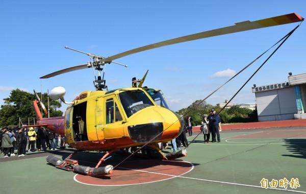 內政部空勤總隊汰換UH-1H直升機,除役功成身退的最後一架直升機,以飛行最後一趟任務方式從空降落萬能科技大學操場。(記者李容萍攝)