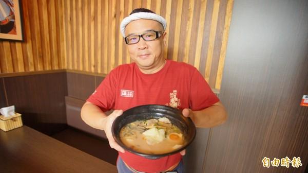 位在南州鄉的日本拉麵店,小田哲也發起待用餐,善心人士捐餐,冬日裡吃起來格外溫暖。(記者陳彥廷攝)