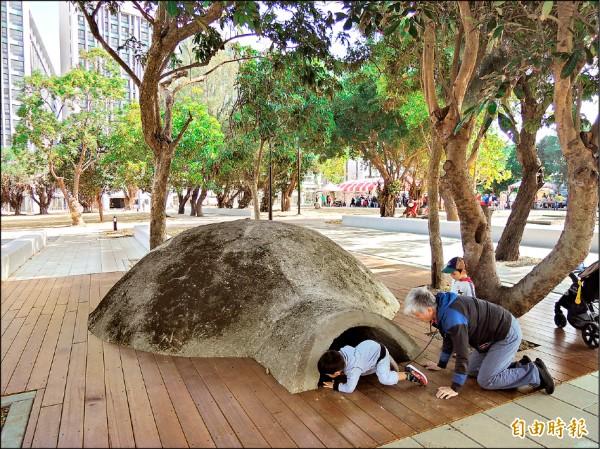 新竹市將軍村停車場原本是雜草叢生的治安危險區,市府將其改做停車場,昨天啟用,還結合金城新村保留防空洞,成為大人小孩探索的秘密基地。(記者洪美秀攝)