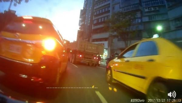 計程車司機將橘子皮丟出車窗外,被機車騎士要求改善行為。(圖擷取自影片)