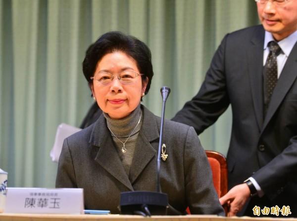 外交部領務局局長陳華玉今天出席記者會,代表領務局向社會道歉,並宣布自己已請辭後即離場。(記者王藝菘攝)