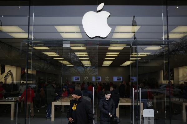 蘋果在上週承認刻意降速舊款iPhone手機,至目前已有8起有關控訴。(彭博社)