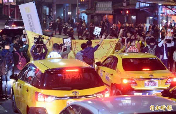 1223反勞基法修惡遊行抗議者晚間癱瘓忠孝西路。(資料照,記者羅沛德攝)