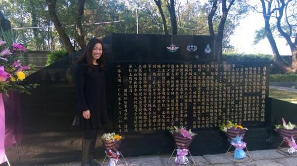 43年前,上校朱世祺在演習中殉職,前國防部發言人羅紹和今天在臉書發文指出,朱家二女兒朱健蘭近日返台懷思悼念,過程中還特別告訴兩個女兒,她的祖國叫「中華民國」。(圖擷取自羅紹和臉書)