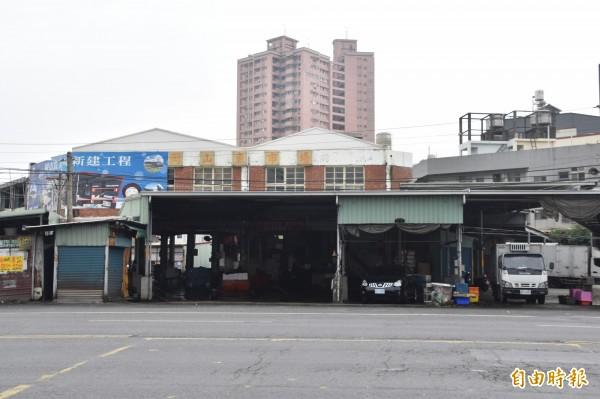 岡山魚市場位於嘉新陸橋下,拍賣場地、設備十分簡陋,且建物結構老化。(記者蘇福男攝)