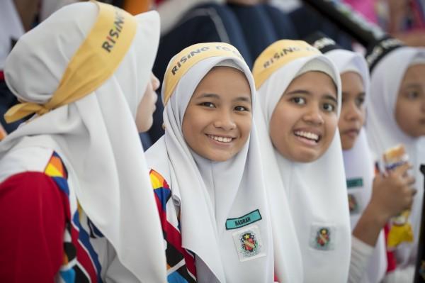 馬來西亞穆斯林傳教士伊德魯斯(Ustaz Azhar Idrus)近日對信徒表示,不要為了一時好玩而在社群網站上分享照片,如此可能導致通姦。圖為馬來西亞穆斯林女學生。(美聯社)
