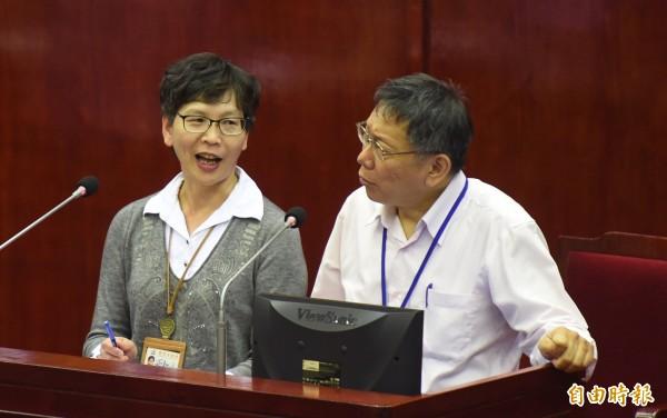 台北市長柯文哲(右)過去常和辦公室主任蔡壁如(左)一起接受質詢。(記者劉信德攝)