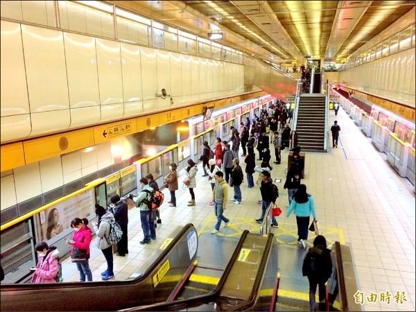 台北捷運跨年夜人潮眾多,一名網友就在PTT八卦板上發文,詢問「要炸掉哪一個捷運站」,遭鄉民圍剿,此為情境照,與新聞事件無關。(資料照,記者郭逸攝)
