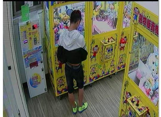 監視器拍下屁孩正對投幣口塗矽利康。(記者徐聖倫翻攝)