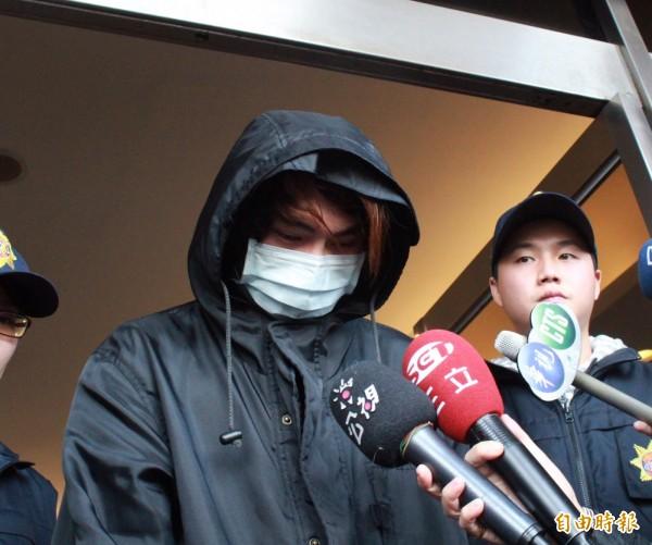 徐姓男子在網路留言跨年夜要在台北車站放置一枚炸彈,鐵路警察循IP位置上門逮人,依恐嚇罪嫌將其移送法辦。(記者陳恩惠攝)