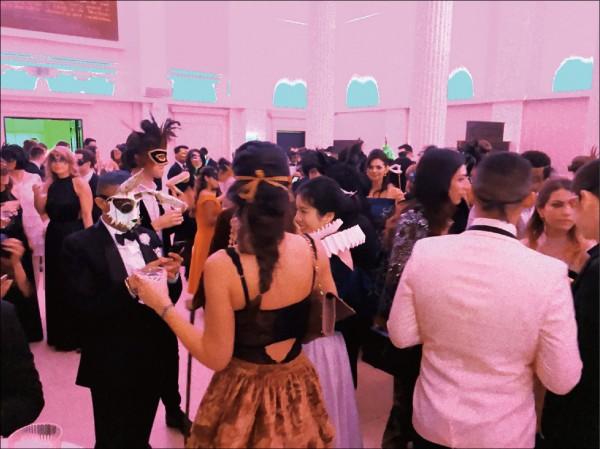 公司今年的耶誕派對為「面具化妝舞會」,現場彷彿面具嘉年華一般,熱鬧華麗。 (圖片提供/Yachi)