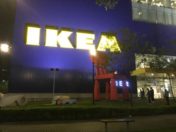 巨大紅椅和賣場2樓一樣高。(圖取自爆料公社臉書)